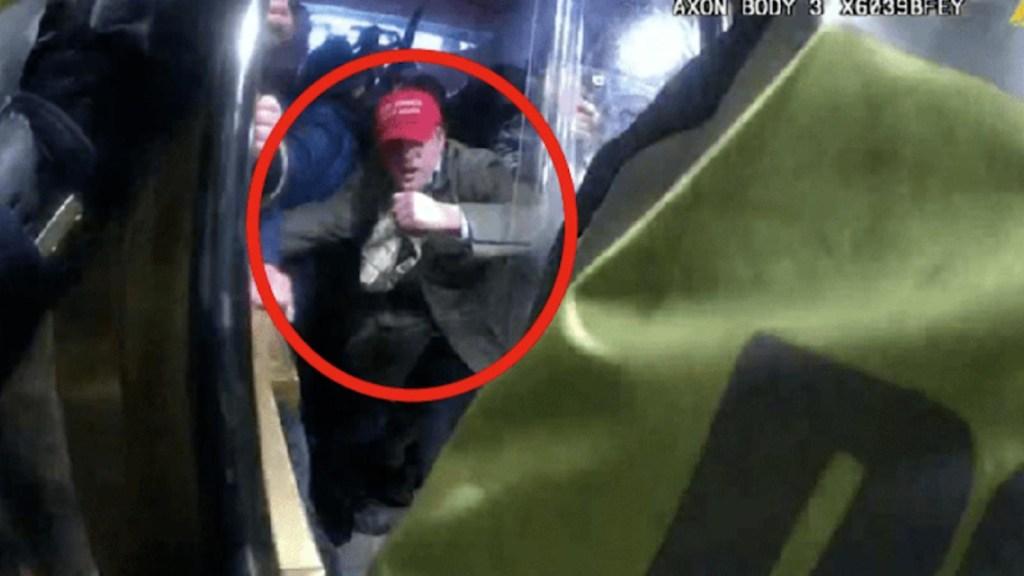 Acusan a exfuncionario del gobierno de Trump por asalto al Capitolio