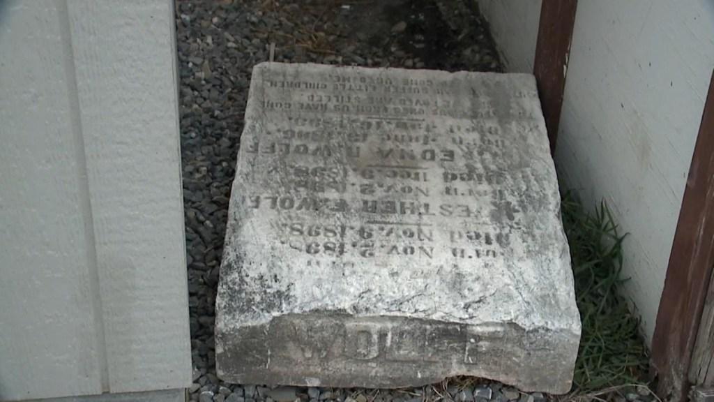 Mujer halla en su casa una lápida de niñas del siglo XIX