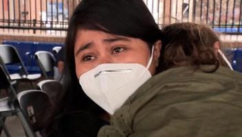 Madre migrante llora al describir condiciones de hacinamiento en centro de procesamiento de EE.UU.