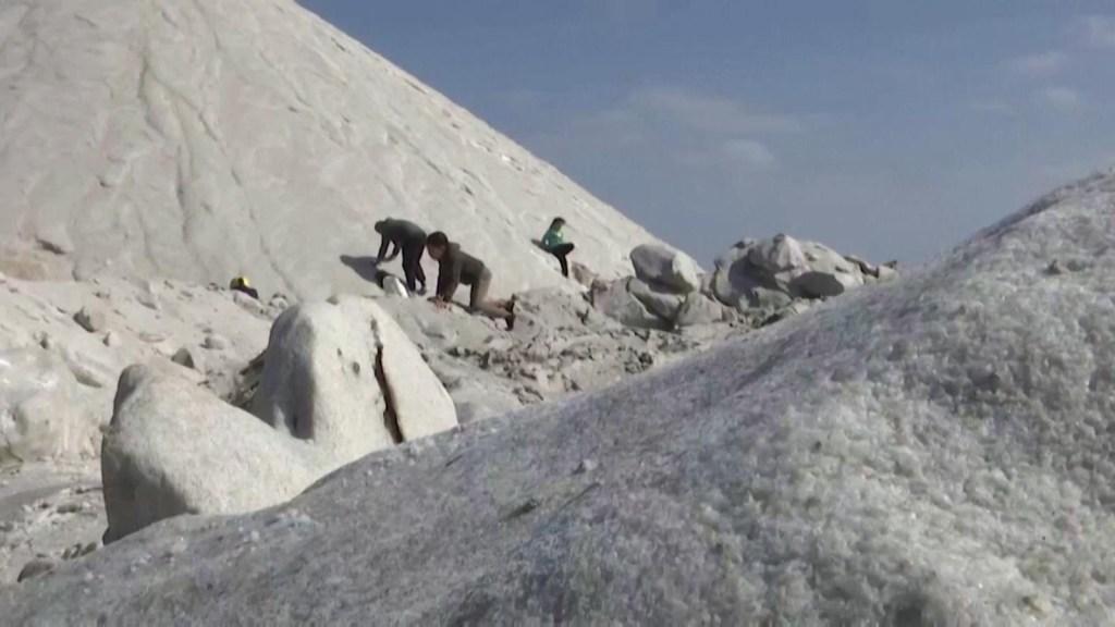 A falta de nieve, en Egipto juegan con colinas de sal