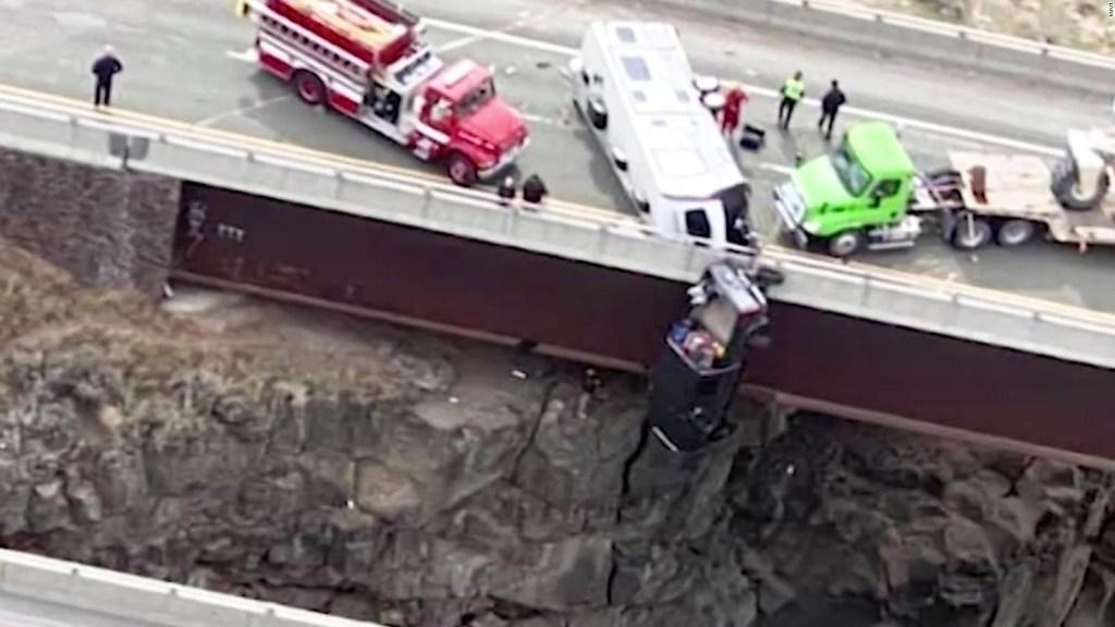 Rescatan a una pareja que colgaba de un auto tras accidente
