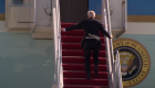 Mira a Biden tropezar varias veces al subir al Air Force One
