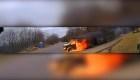 Mira a la policía actuar ante una camioneta en llamas