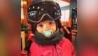 Tiene 3 años, sabe esquiar y esto pasa mientras lo hace
