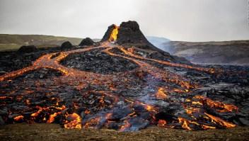 Dron graba río de lava en volcán en erupción en Islandia