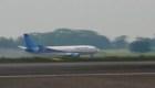Este avión se salió de la pista en aeropuerto de Indonesia
