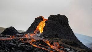 Científicos cocinan salchichas con la lava de un volcán