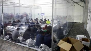 Mira dentro de las instalaciones de detención de migrantes