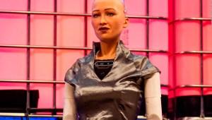Subastan obra de arte del robot Sophia