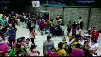 Miles de venezolanos huyen de enfrentamientos en la frontera con Colombia