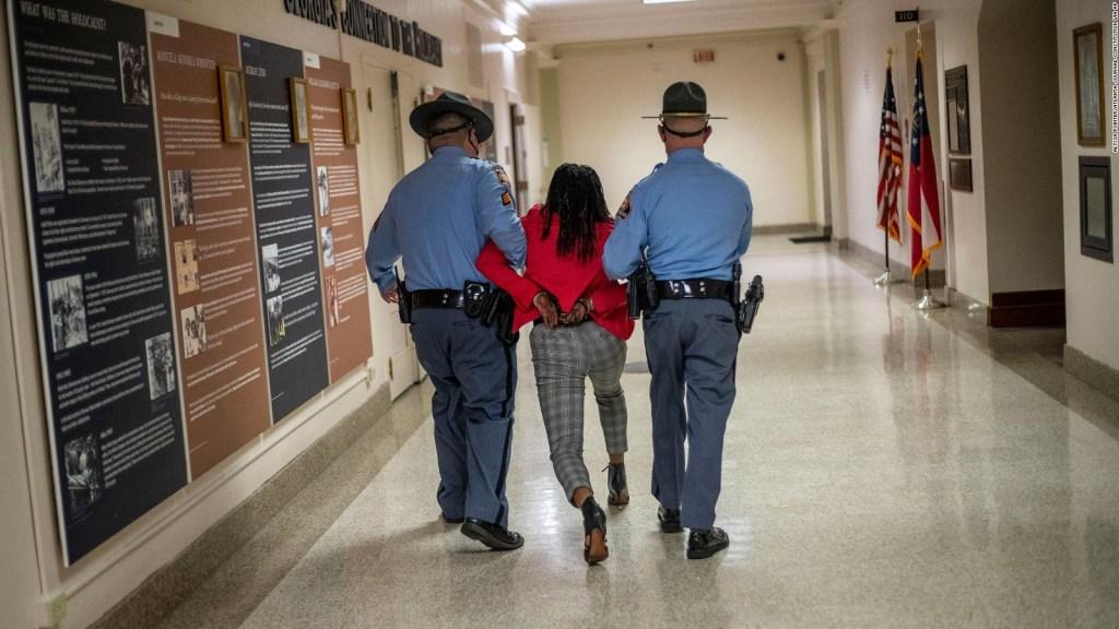 Mira cómo detienen a legisladora en Capitolio de Georgia