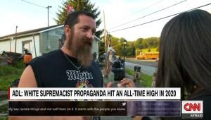 Así enfrentó a neonazi y recibió insultos una periodista