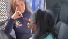 Policía ayuda a persona con discapacidad auditiva a recibir su vacuna