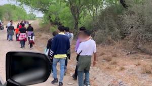 CNN logra grabar filas de migrantes que llegan a EE.UU.