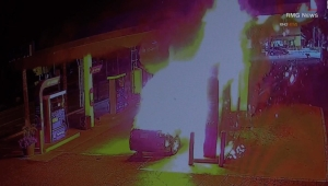 Auto se prende en llamas en una gasolinera de Los Ángeles