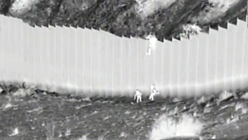 Video: arrojan a dos niñas ecuatorianas en la frontera
