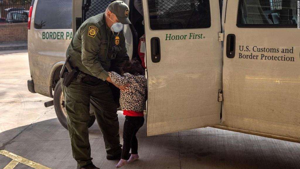 ANÁLISIS | La crisis de la frontera suroeste deja a Biden vulnerable en todos los lados