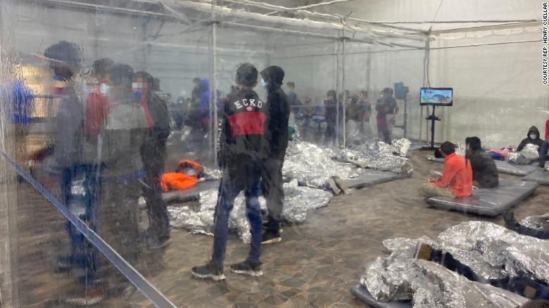 Dentro de una instalación de la Patrulla Fronteriza donde permanecen menores inmigrantes en Texas
