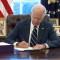 Biden firma el paquete de estímulo