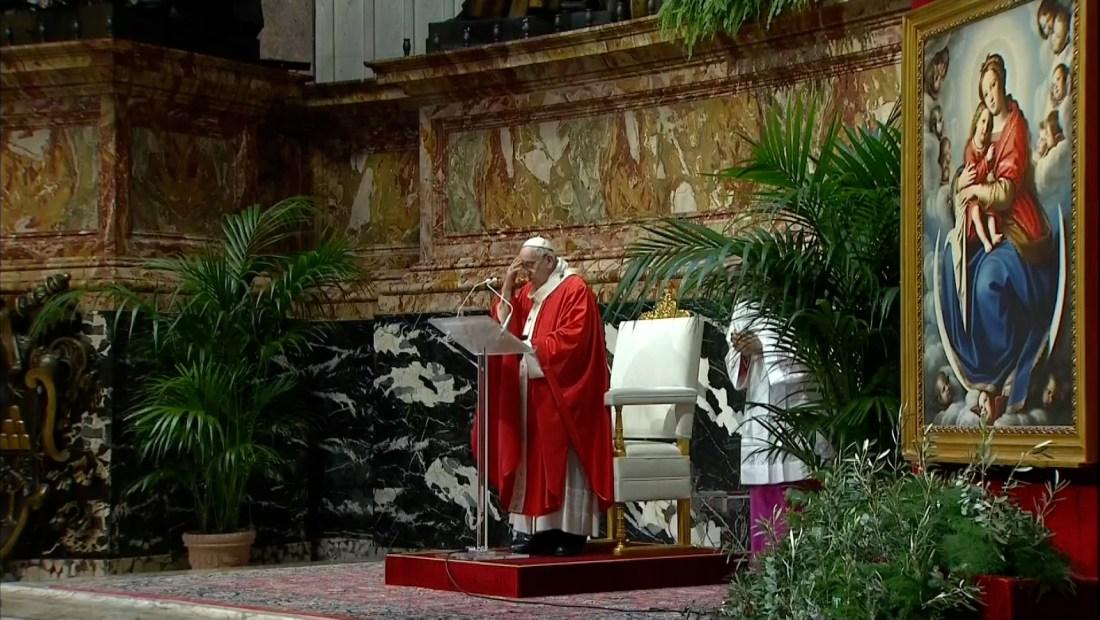 Pocos feligreses en misa de Domingo de Ramos del papa