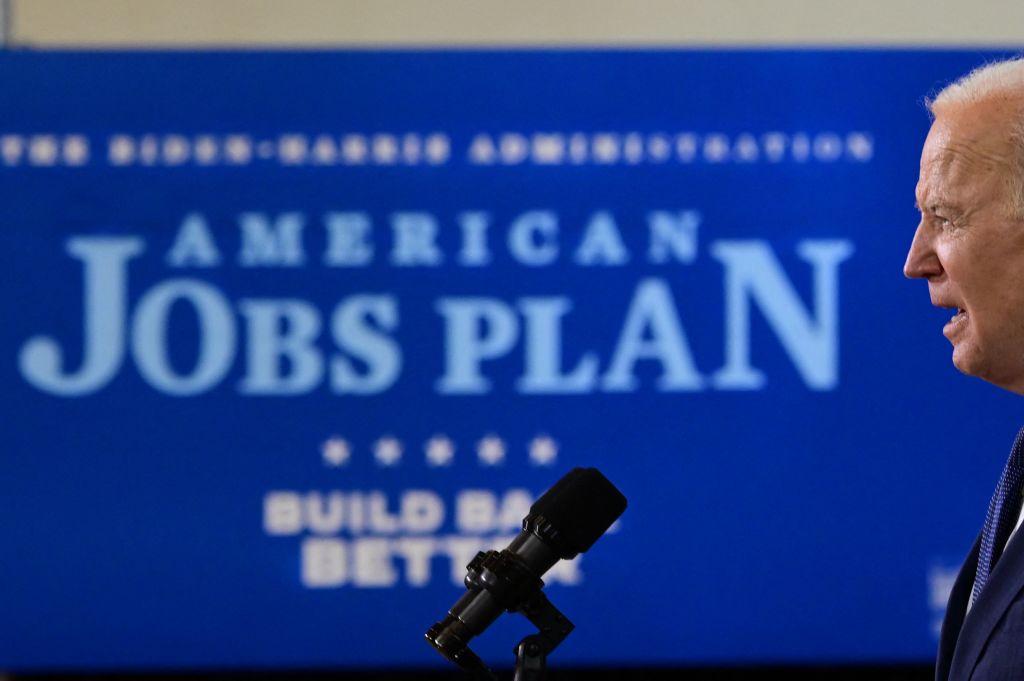 """Biden anuncia plan """"audaz"""" de infraestructura de dos partes"""