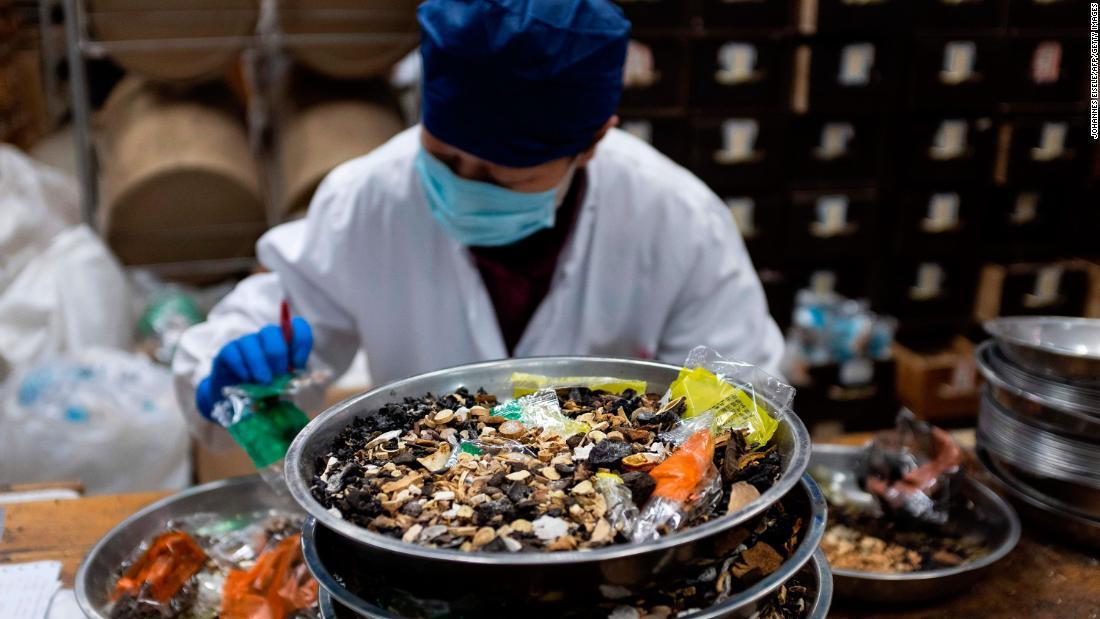 China aprueba la venta de productos de medicina tradicional para tratar el covid-19