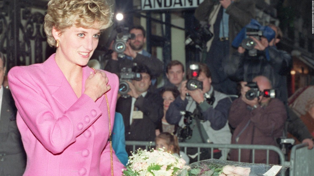 They prepare tribute to Princess Diana in London
