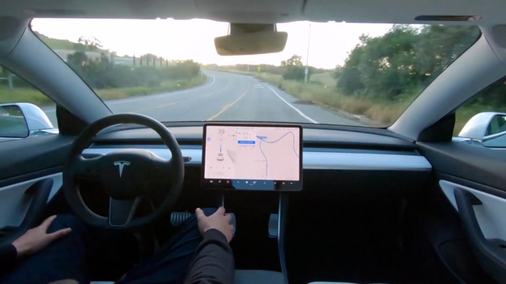 """Tesla advirtió riesgos de la """"conducción autónoma total"""""""