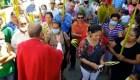 Mira cómo un sacerdote le quita la mascarilla a una feligresa en Honduras
