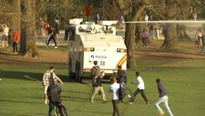 Dispersan multitud de una fiesta con cañones de agua