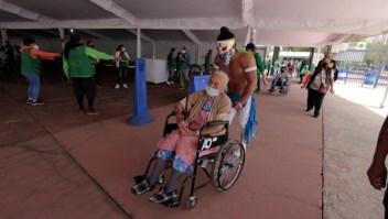 Luchadores mexicanos ayudan a que adultos se vacunen