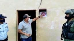 Investigan a alcalde por marcar casas con covid-19