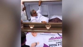 Candidato inicia campaña electoral saliendo de un ataúd