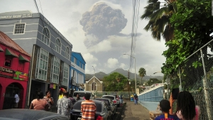 Volcán en San Vicente hace erupción y tiñe de ceniza el cielo