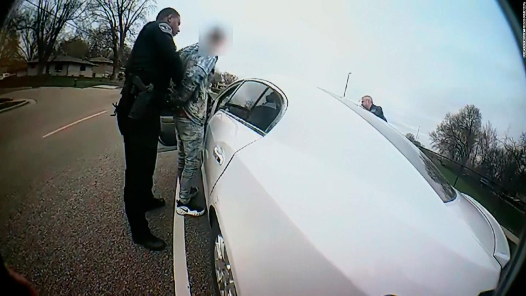 Policía dice que un agente mató a joven negro por error