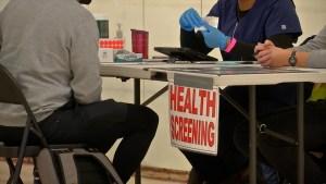 Falla estrategia de vacunación a minorías en California