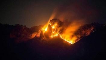 Autoridades controlan 70% de incendio en Tepoztlán