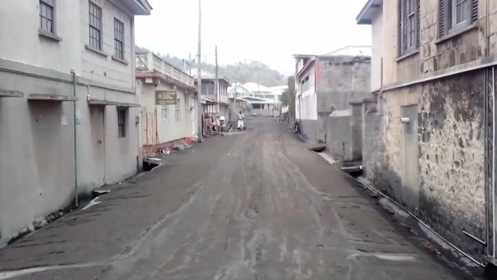 La isla de San Vicente se cubre de ceniza