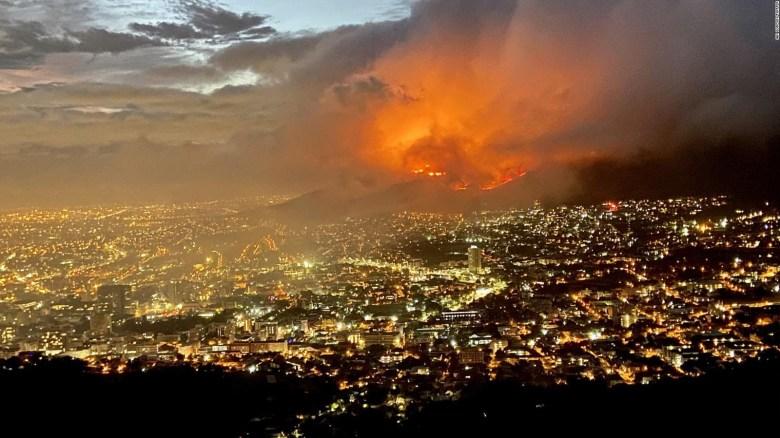 Bomberos intentan sofocar un incendio en Sudáfrica