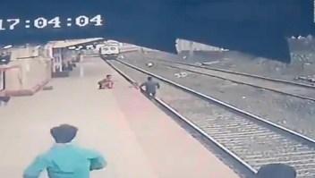 Mira el momento en que niño cae a la vía de un tren