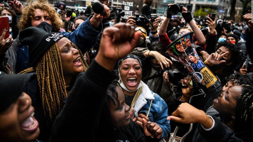 Mujer pide justicia por muertes a manos de la policía