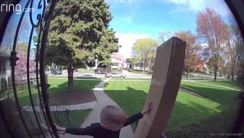 Cámara capta cómo un trabajador de UPS rescata a un niño