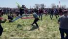 Multitud organizó una pelea con tubos flotadores