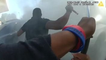 Policías rescatan a un hombre en un auto incendiado
