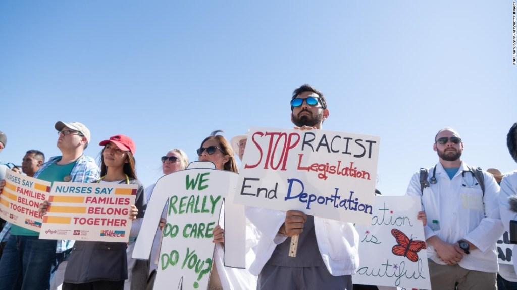 Los padres de 445 niños migrantes separados en la frontera bajo administración de Trump aún no han sido encontrados, dice un expediente judicial