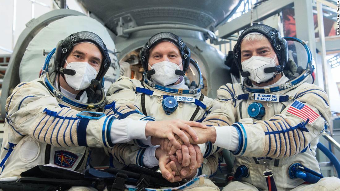 Cosmonautas rusos y astronauta de la NASA se lanzan a la estación espacial