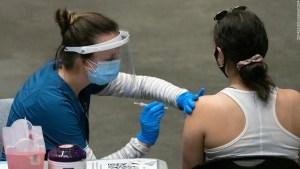 Espera a estar completamente vacunado antes de reanudar tus actividades normales, ruegan expertos en salud a los estadounidenses