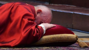 Francisco se postra en ceremonia de la Pasión de Cristo