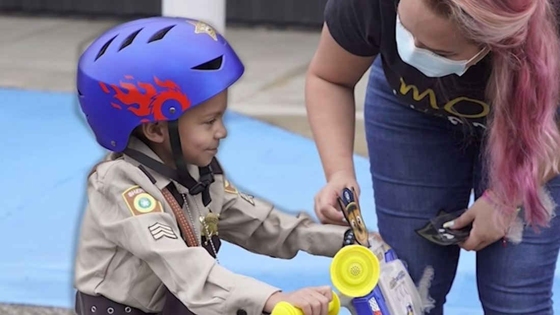 Niño con cáncer se convierte en policía honorario