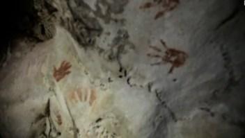 Hallan misteriosas huellas de manos en cueva en México
